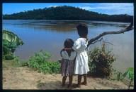Bimbe Piaroa che guardano il fiume dal loro villaggio