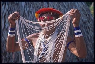 Capo Piaroa con collana di perline e copricapo di fiume