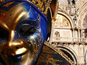 Maschera sullo sfondo di S. Marco