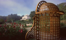 Angolo del giardino con poltrona