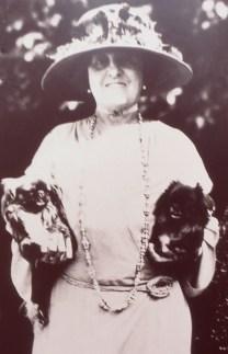 Edith Wharton con gli adorati cagnolini