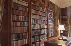 La biblioteca e la scrivania dove la Whorton creava