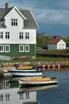 Riflessi delle case bianche nell'acqua