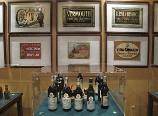 Bottiglie e targhe al museo