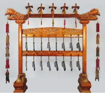 Carillon con pietre musicali e motivi di draghi e nuvole, Dinastia Qing