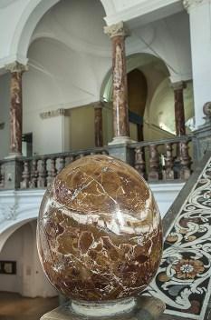Dettaglio sfera di marmo scalone