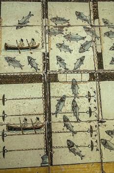 Dettaglio maioliche con disegni di pesca al tonno