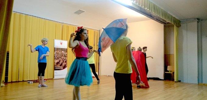 """Participanții atelierului de actorie interpretând premiera """"Ce ti-e și cu dragostea?!"""", un spectacol commedia dell'arte"""