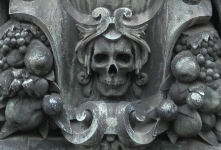 Detail of skull symbol on tomb. Photo © Carolyn Campbell.