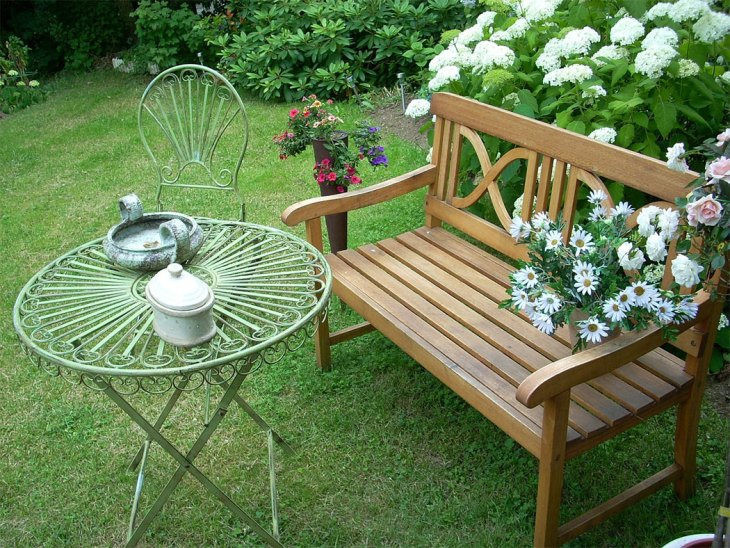 Use a Garden Bench to Create a Conversation Area