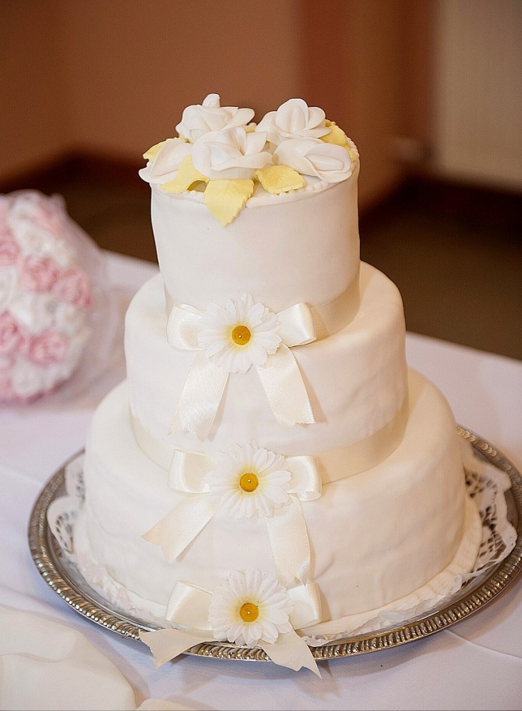 Daisies and Bows Wedding Cake