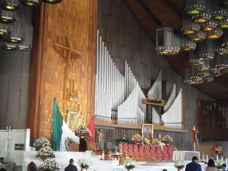 Sanctuary at the Basilica of Our Lady of Guadalupe in Mexico City. Photo by Patricia Alzuarte Díaz - Own work, CC BY-SA 3.0, Link