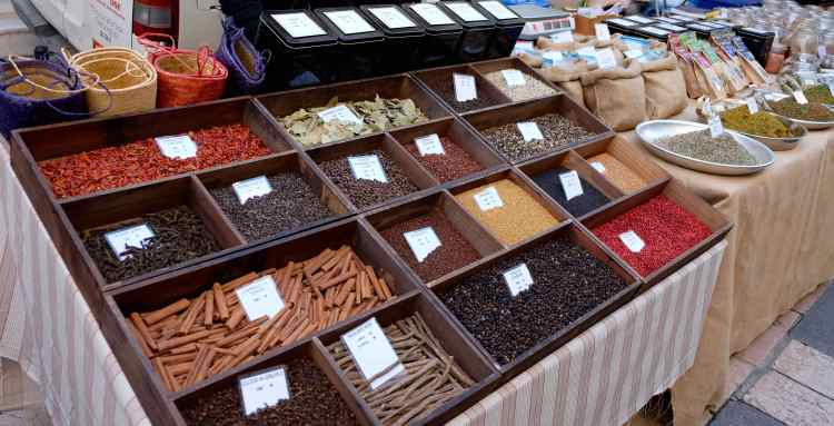 Spices at the Apt market