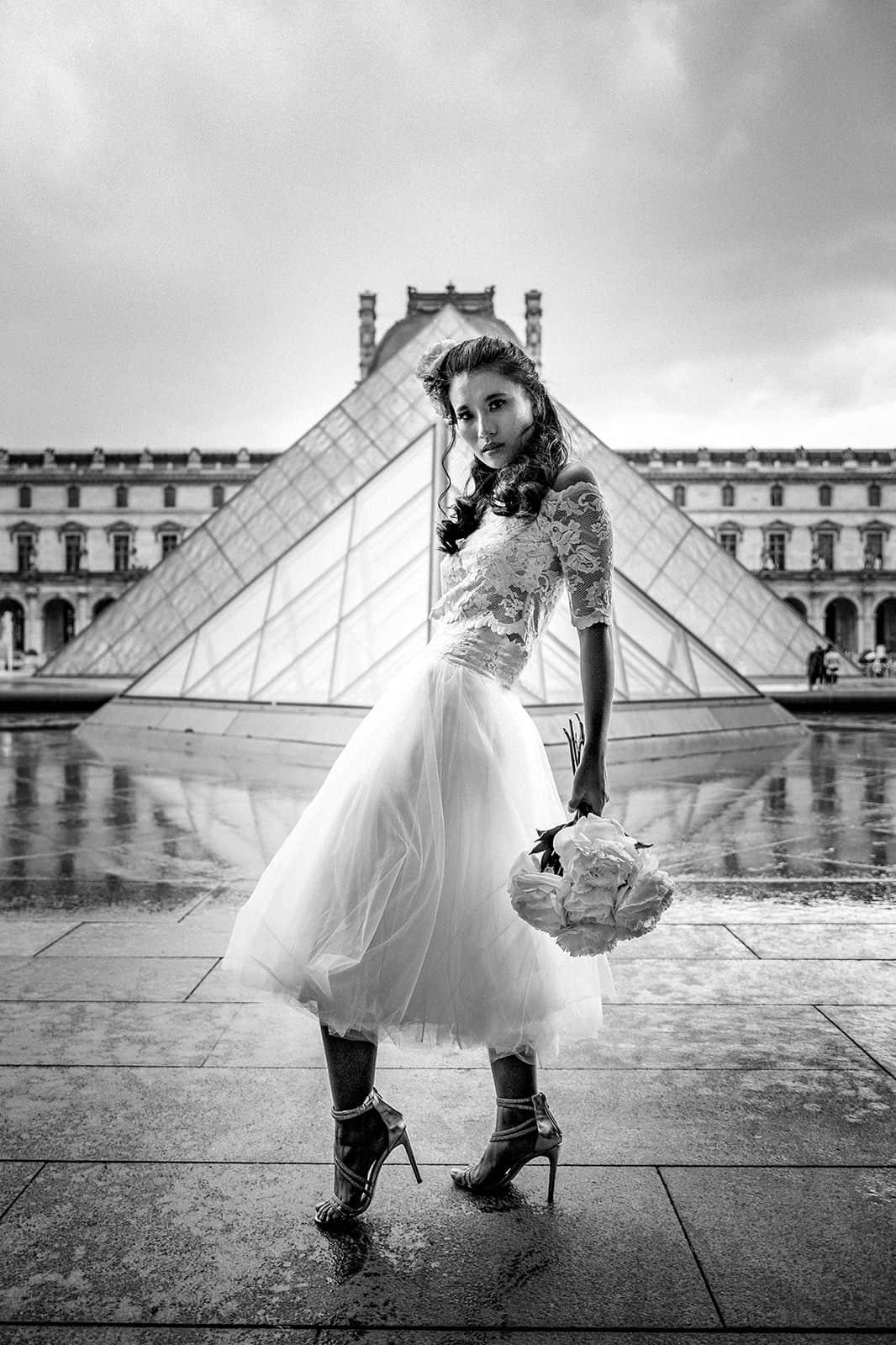 Braut im Louvre in Paris