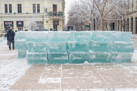 Ice blocks cut out of the frozen river: Harbin ice festival is going to start!