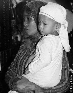 Une maman fait la file à la boulangerie pour acheter des douceurs à son petit garçon. I