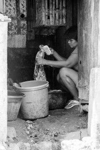 L'infrastructure étant très précaire dans la plupart des logements de Boracay, la lessive se fait souvent à la main.