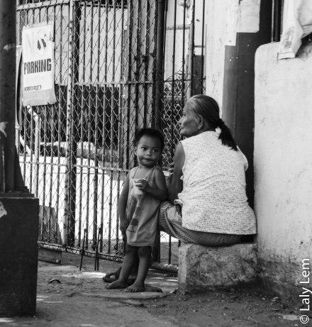 Dans l'un des quartiers les plus dangereux de Manilles, l'insouciance d'un enfant accoudé à sa maman.