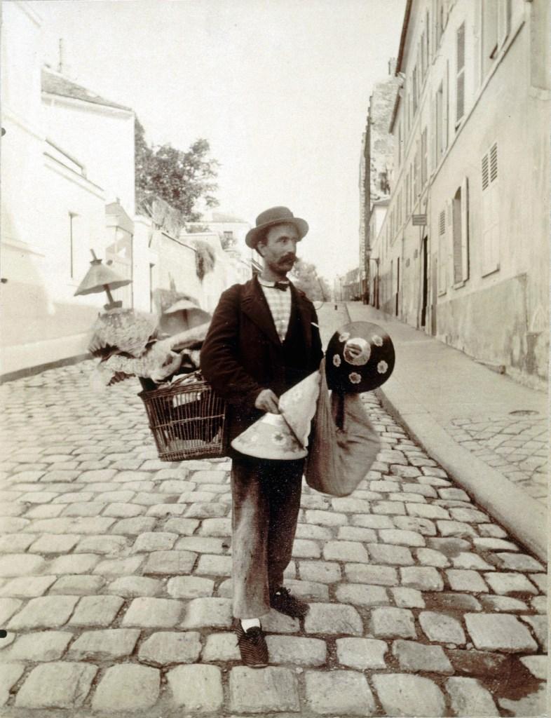 Marchand d'abats-jour, rue Lepic, 1899. Photographie d'Eugène Atget (1857-1927). Paris, musée Carnavalet.