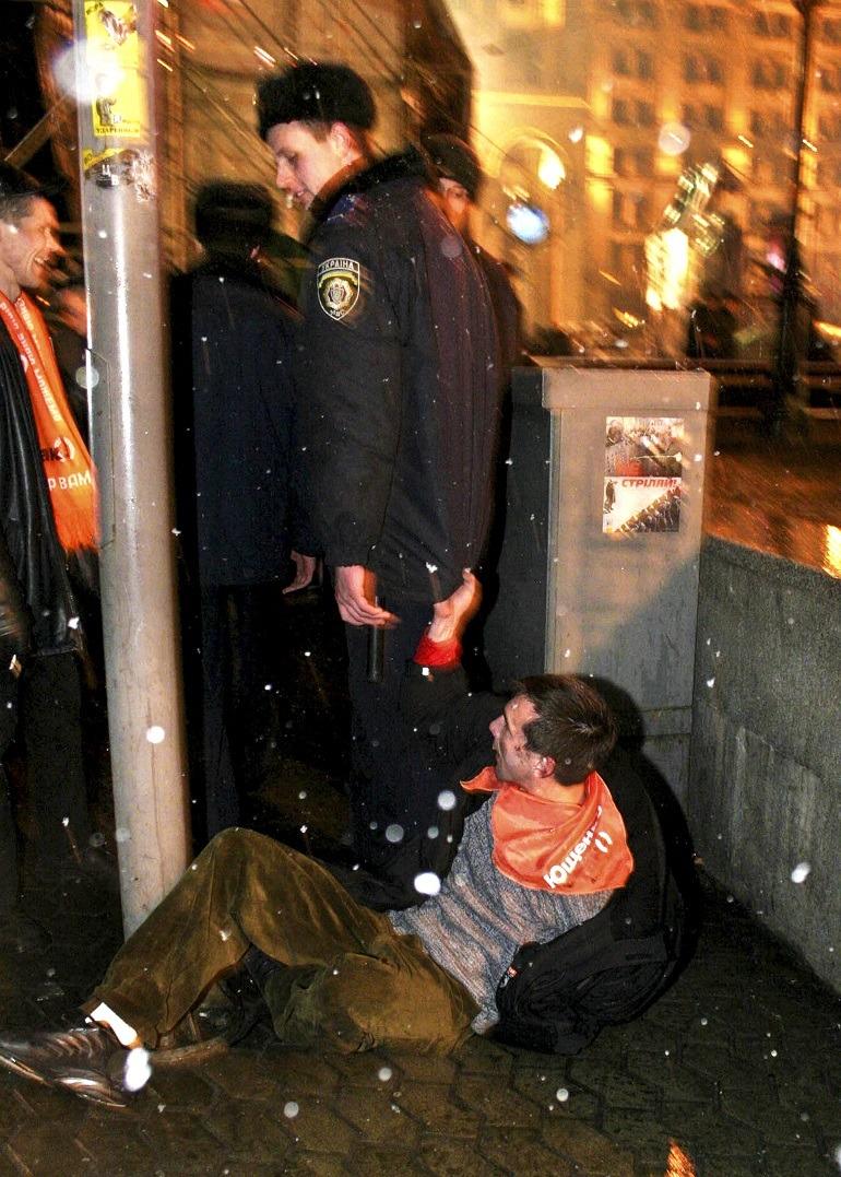 Image- arrest- Anna Voitenko, Maidan Nezalezhnosti (series), 2004, Ukrainian police arrests a man-contemporary Ukrainian artists and photographers