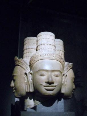 Tête de Brahma, temple du Phnom Bok, Xe siècle, grès, 49x44x45 cm, musée Guimet