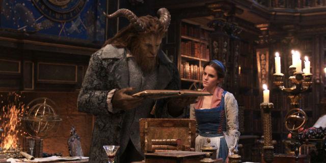 本を眺める美女と野獣