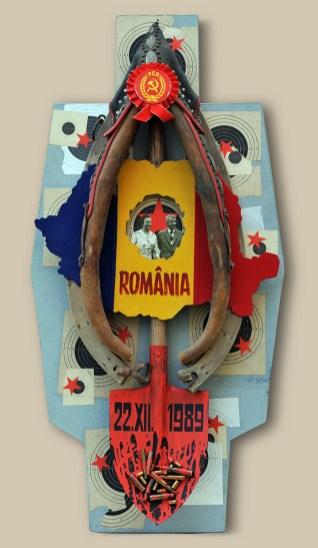 11. terč: 22.12.1989 PÁD SMRTIACEJ DIKTATÚRY / RUMUNSKO 122,5x60x20, sololit na ráme, akryl, asambláž / ready-made Historické a politické predmety komunistického režimu v Rumunsku s portrétom diktátora Ceauşescu a jeho manželky 8. ціль: 22.12.1989 ПАДІННЯ СМЕРТОНОСНОЇ ДИКТАТУРИ / РУМУНІЯ 122,5x60x20, оргалит на рамі, акрил, aссамбляж / ready made Історичні і політичні символи комуністичного режиму в Румунії, з портретом диктатора Чаушеску та його дружини 11th target: 22.12.1989 COLLAPSE OF THE DEADLY DICTATORSHIP / ROMANIA 122,5x60x20, fibreboard on a frame, acrylic, assemblage / ready-made Historical and political articles of the communist regime in Rumania with a portrait of dictator Ceauşescu and his wife