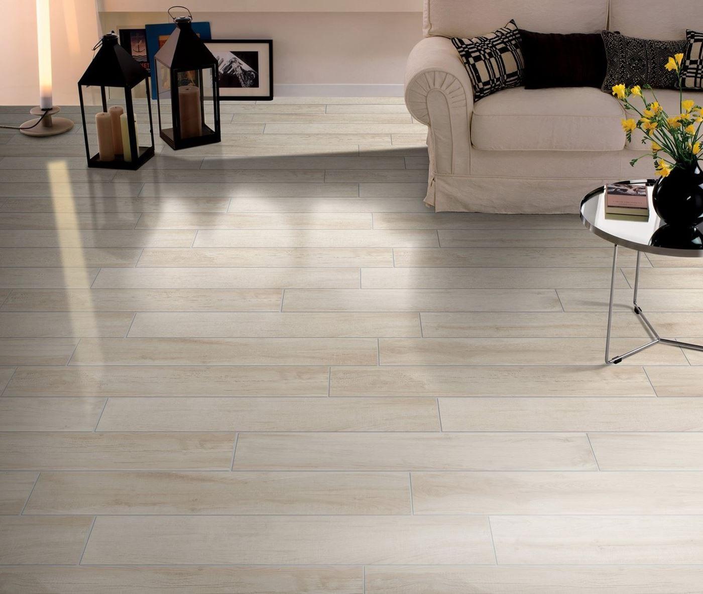 Posa di pavimenti e pareti in piastrelle finto legno