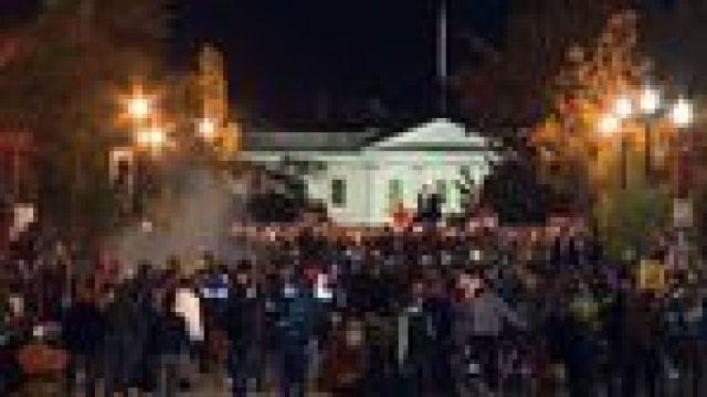 Una multitud se concentró frente a la residencia presidencial.