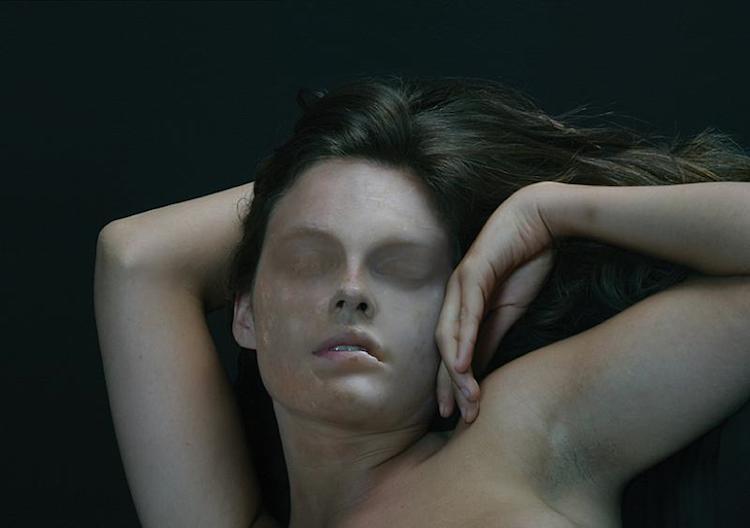 """Fotografía de mujer en """"El cuerpo vulnerable"""" de Victoria Diehl."""