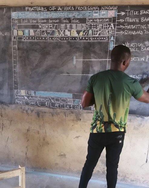 Professor comprometido ensina informática básica para seus alunos em Gana na África