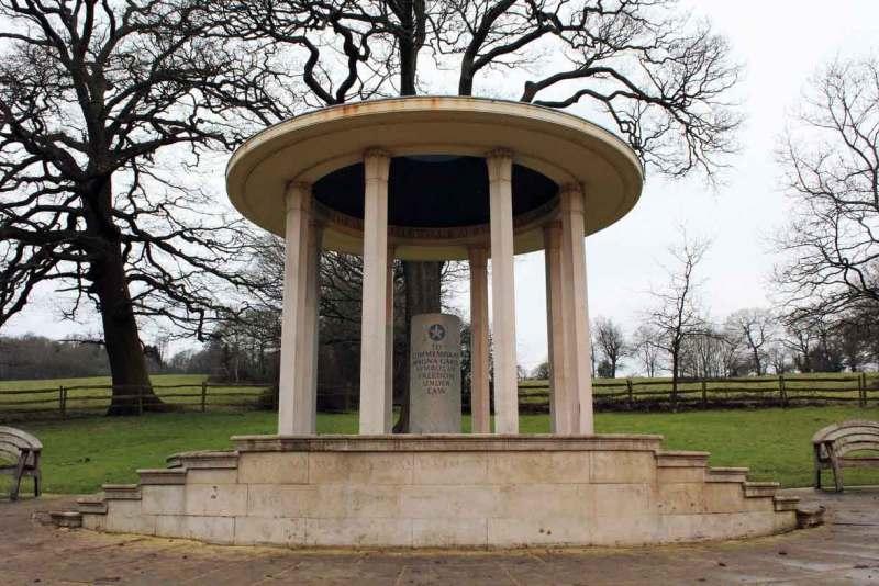 Пам'ятний знак на місці, де була підписана «Велика артія вольностей», Раннімід-боро, графство Суррей © trover.com