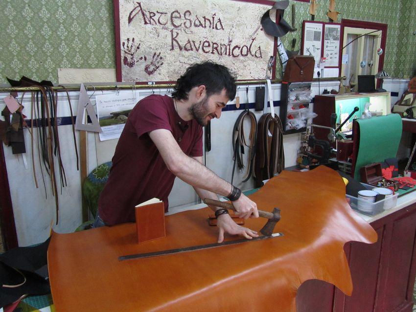Taller de cuero artesania kavernicola for Taller de artesanias