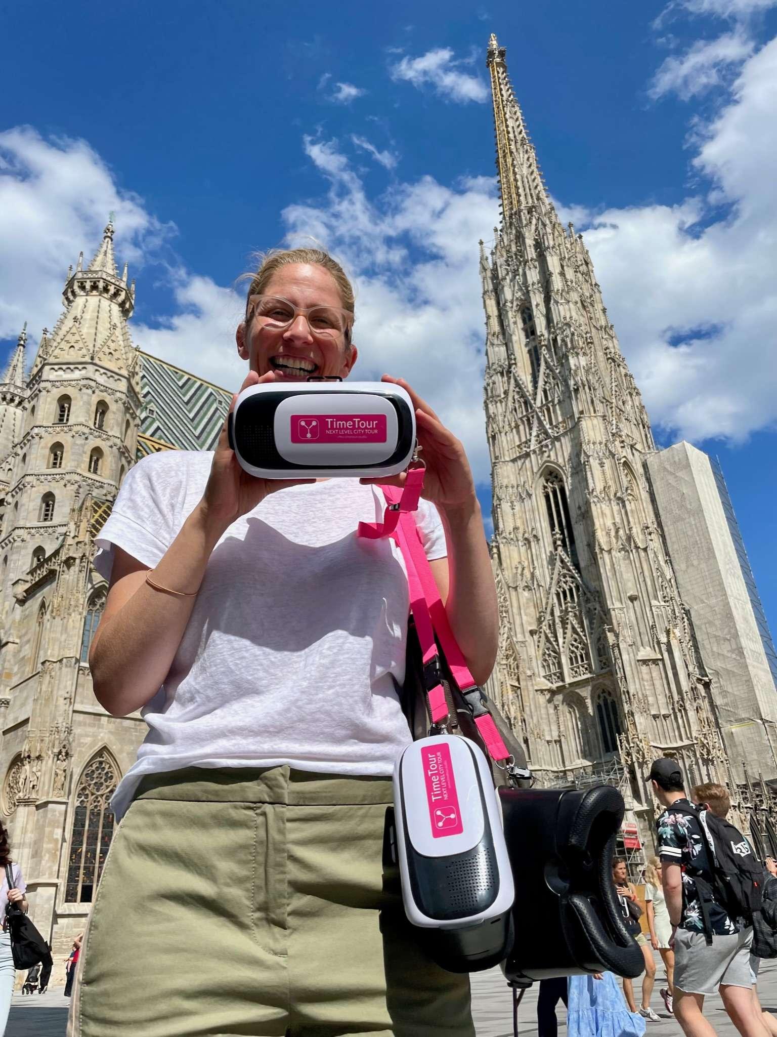 Stadtführer mit 3D Brille vor dem Stephansdom in Wien