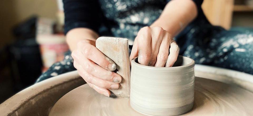 Artemis creëert handgemaakte urnen in keramiek waarin je de assen van een geliefd persoon of dier stijlvol kan bewaren en koesteren