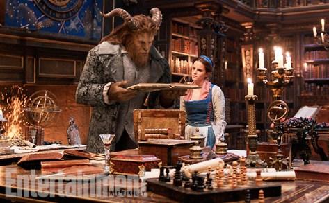 La Bête (Dan Stevens) et Belle (Emma Watson) dans la bibliothèque du château