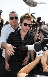 ROBERT PATTINSON MONTRE À CANNES SA LANGUE MAGNIFIQUE !