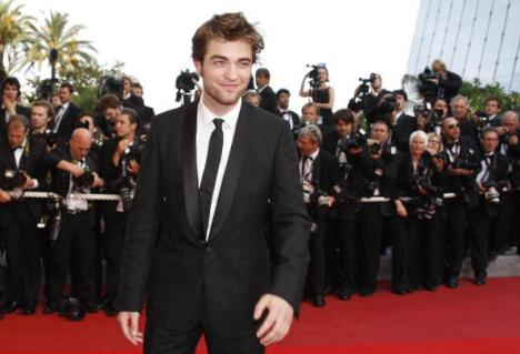 ROBERT PATTINSON SUR LES MARCHES  DU FESTIVAL DE CANNES