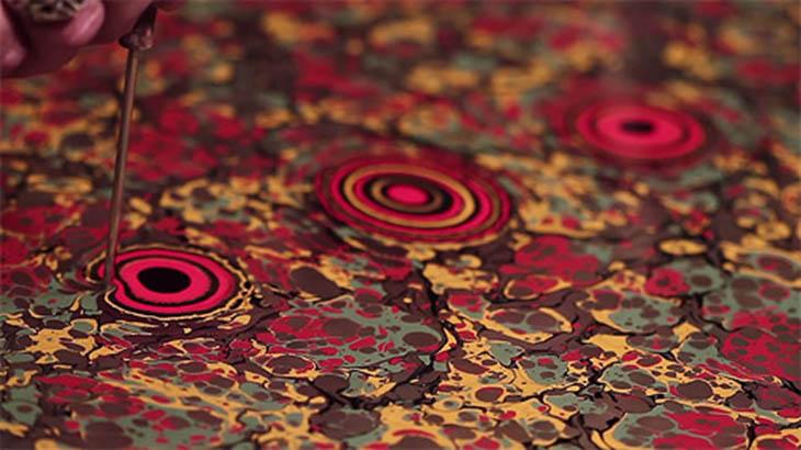 Veja o processo de marmorização de papel