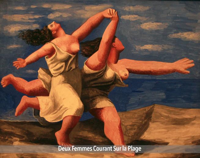 Deux femmes courant sur la plage