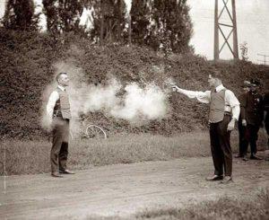 Um homem corajoso testando um novo colete à prova de balas.