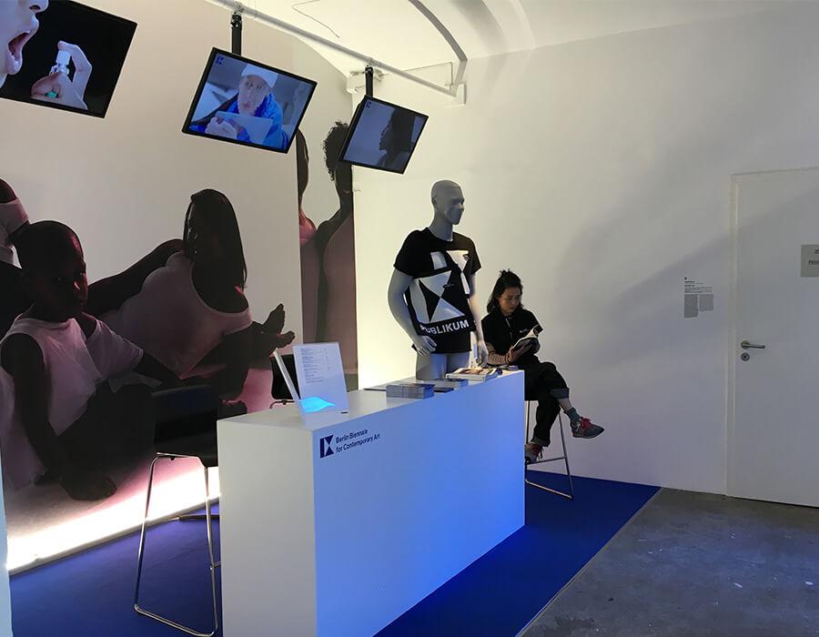 O Presente em Drag – Bienal de Berlin expõe as vulgaridades do capitalismo
