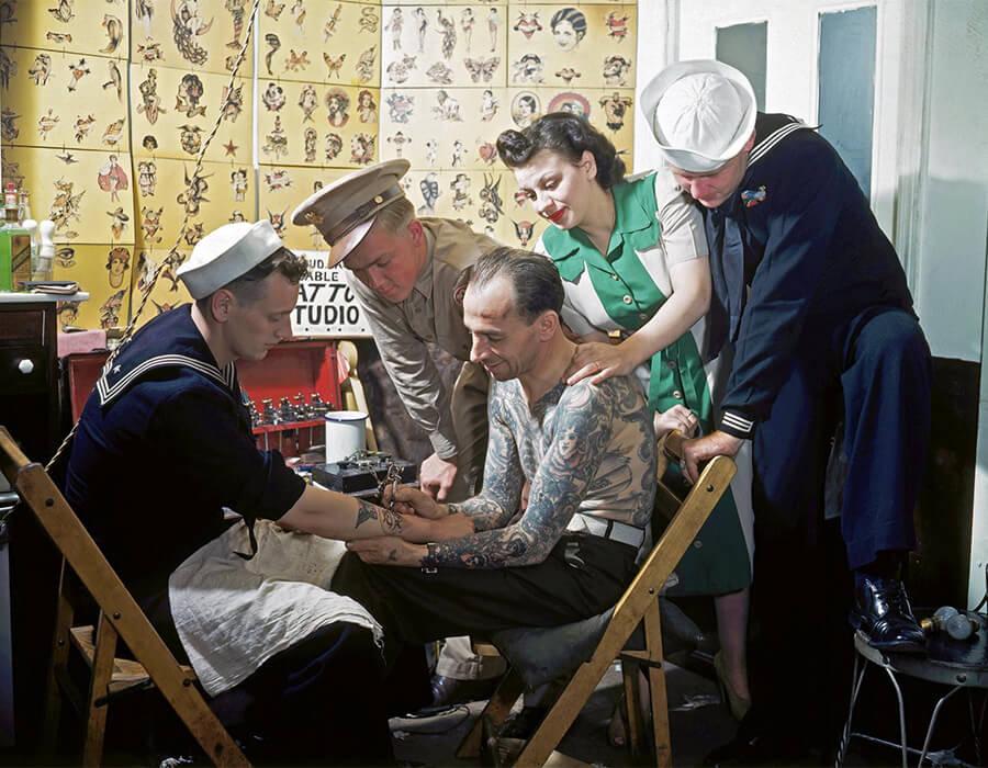 Um marinheiro em 1940 sendo tatuado a sailor in the 1940. Fotografia: Bettmann/Corbis tatuagem