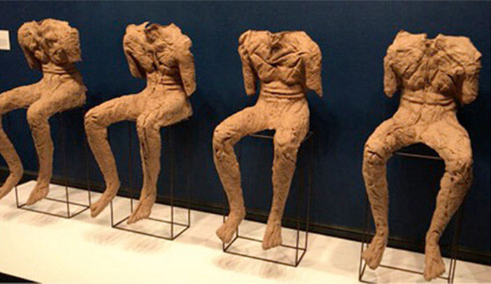 Magdalena Abakanowicz – Quatro figuras sentadas - 2002 - artistas femininas