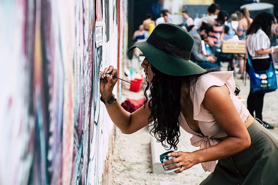 artista pintando na parede
