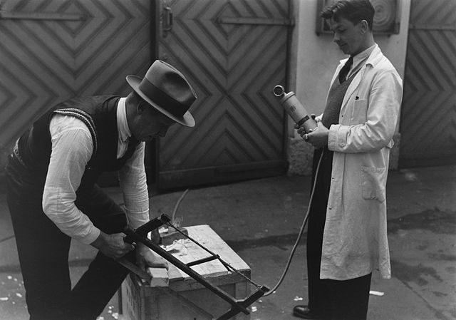 homem gravando som em um filme de 1930