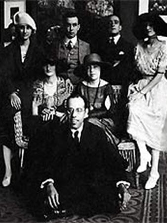 Mário de Andrade (sentado), Anita Malfatti (sentada, ao centro) e Zina Aita (à esquerda de Anita), em São Paulo, Brasil, 1922