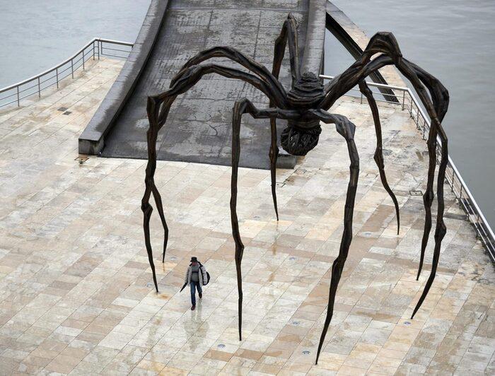 Uma edição de Maman de Louise Bourgeois no Museu Guggenheim em Bilbao, Espanha. LUIS TEJIDO / EPA-EFE / SHUTTERSTOCK