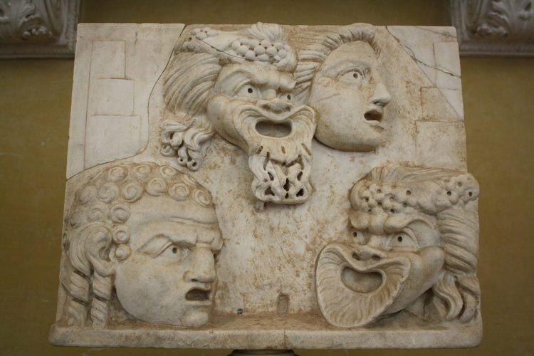 teatro grego; Um relevo de mármore representando máscaras de teatro usadas em tragédias e comédias greco-romanas | Século II d.C. (Museus do Vaticano, Roma).