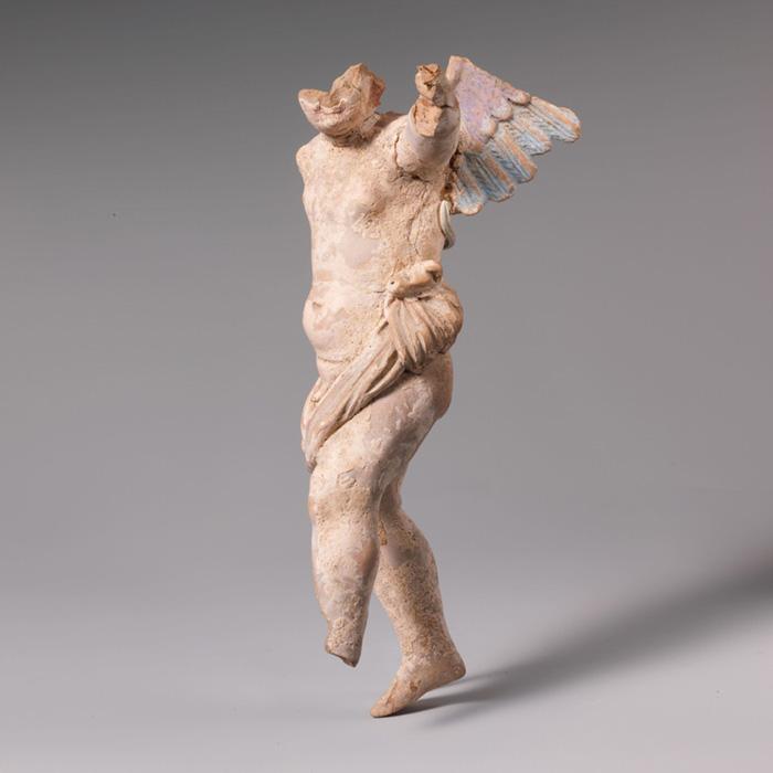 Estátua de terracota de Eros, do século III a.C. Traços de pigmento azul e roxo podem ser vistos nas asas. Cortesia Metropolitan Museum of Art